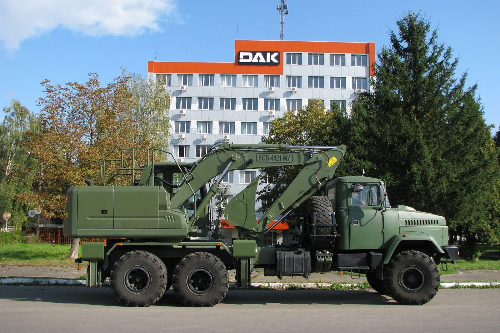 На озброєння ЗСУ прийняті автокран та екскаватор на базі КрАЗу