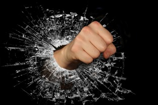 pugno che rompe vetro