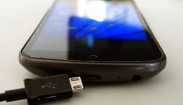 Telefon şarj almıyorsa şarj girişini iyice bir temizleyin, belki girişi oksitlenmiştir.