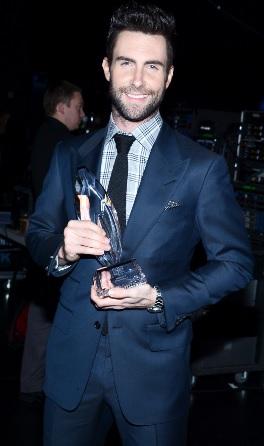 Foto de Adam Levine con premio en terno