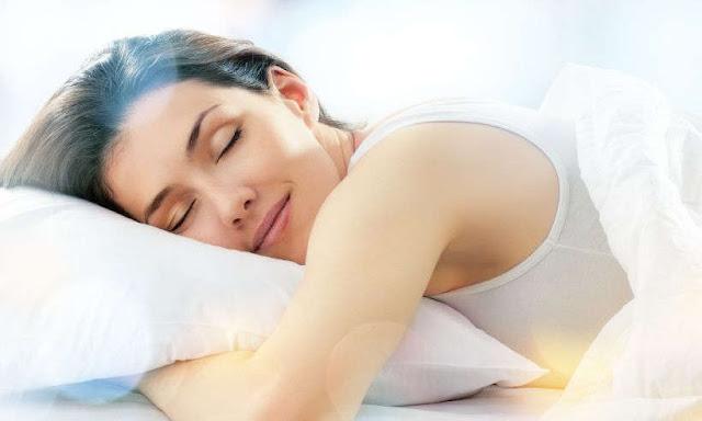 गहरी नींद लेना भी मनुष्य के लिए उतना ही आवशयक है ,जितना की जीवित रहने के लिए खाना खाना। आज कल  की इस भाग दौड़ भरी जिंदगी में , लोग इतने व्यस्त होते जा रहे हैं ,की लोगों के पास पूरी नींद लेने तक का समय नहीं है। लोगों के लिए गहरी नींद एक बड़ी समस्या बनतती  जा रही  है। नींद की कमी ने कई  समस्याओं को बड़ा दिया है। अब सवाल यह है ,की गहरी नींद कैसे पाएं ?सही नींद के ;लिए क्या करें। इन सब सवालों के जबाब अगर में सीधे तौर पर दूँ ,तो आपको अपनी जीवन सैली में बद्लाव करने होंगे। आप अपनी दिनचर्या में संतुलन विठा कर नींद के पैटर्न को सही कर सकते हैं। एक रिपोर्ट के मानें तो  एक व्यक्ति अपने जीवन के लगभग 27 साल सोने में गुजार देता है।