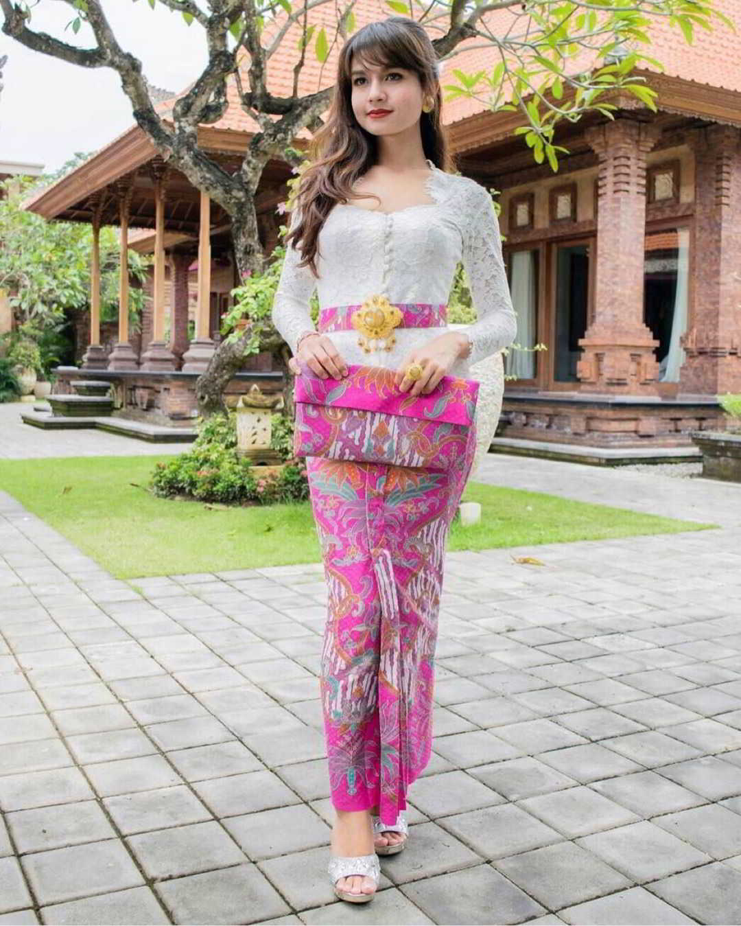 Model Kebaya Bali Warna Putih