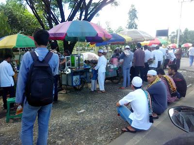 pedagang Di depan gerabang masjid