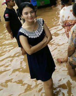 Foto mba-mba cantik saat banjir ini menjadi viral.