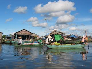 El lago Tonlé Sap es el mayor lago del sureste asiático, aunque en la temporada seca reduce su superficie hasta la décima parte de su capacidad.