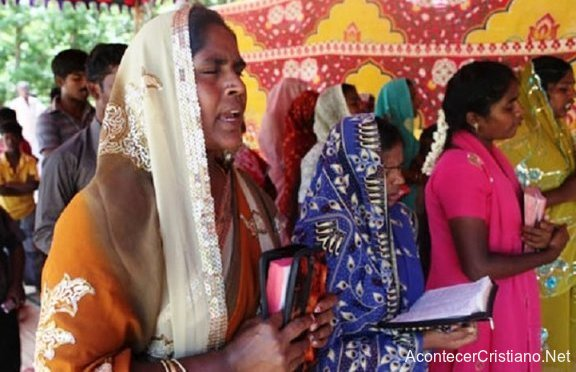 Cristianas orando antes de evangelizar en la India