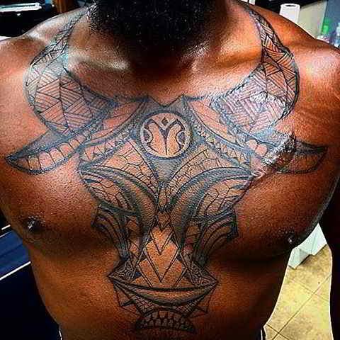 Tatuaje tribal de toro en el pecho de un hombre