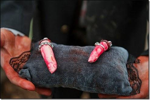 Alianças com dedos de sangue em almofadas, idéia para halloween