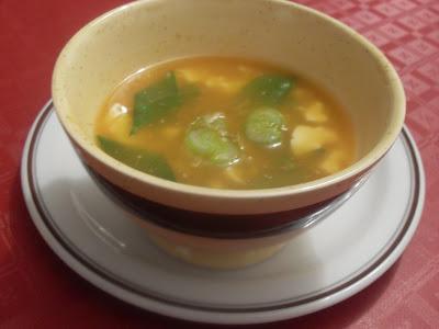 Sopa de miso y calabaza con tirabeques.