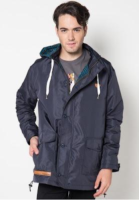Jaket pria yang cocok untuk musim hujan