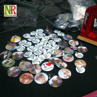 souvenir pin bros dan gantungan kunci