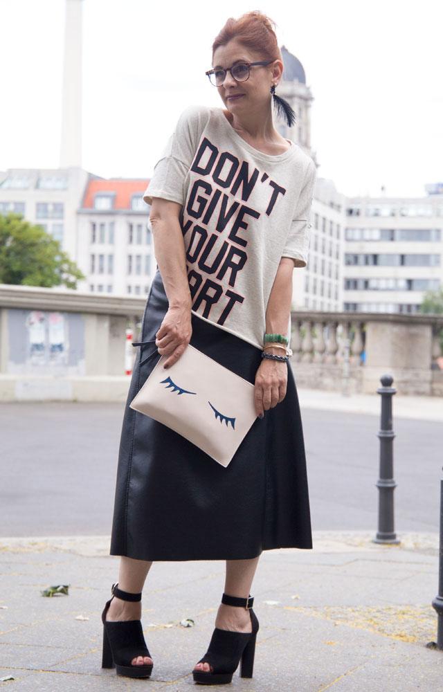 Outfit, langer Lederrock mit High Heels und Statementsweater