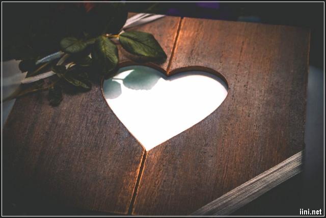 ảnh trái tim trong miếng ván và hoa hồng