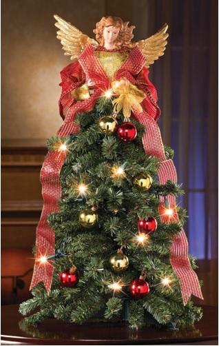 decorar la punta del árbol con un ángel grande con las alas abiertas