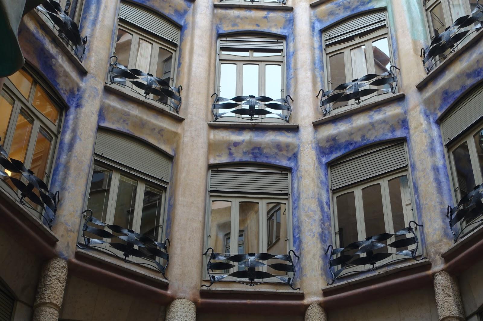 カサ・ミラ(Casa Milà) 窓枠の青色