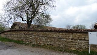 Tras el muro se esconde la Iglesia de la Natividad.