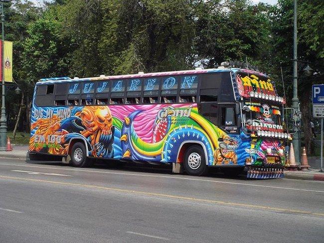 Красочный автобус с множеством фар