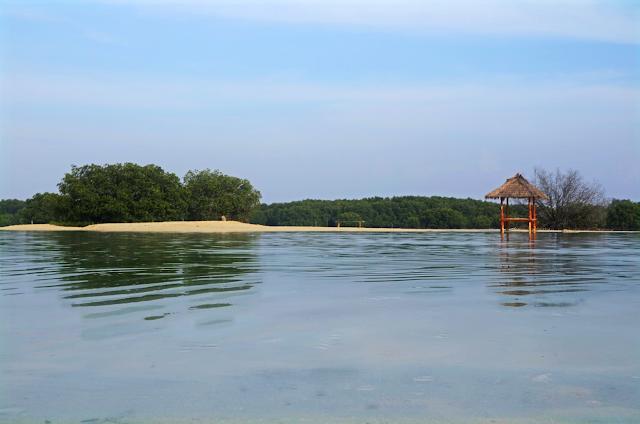 gazebo di pantai perawan
