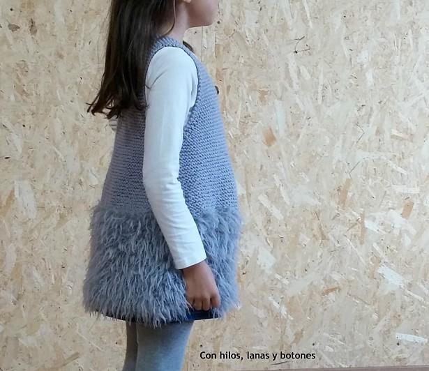 Con hilos, lanas y botones: Chaleco de punto para niña con peluchito en la parte inferior. Patrón de Katia.