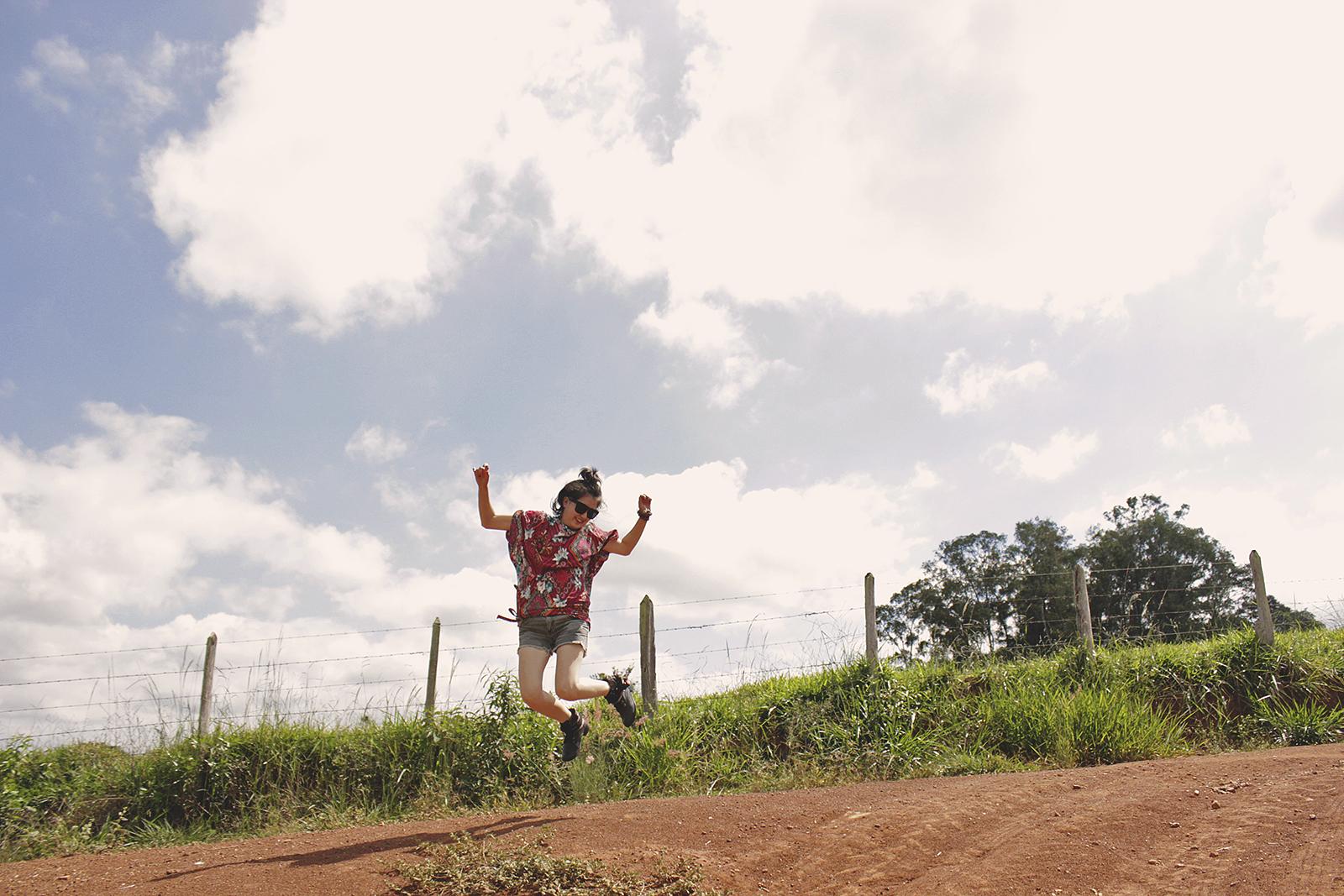 garota feliz pulando