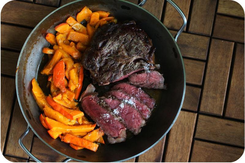 Rezept für Entrecôte/Ribeye/Steak, klassisch gebraten, Ofenkürbis, in der Eisenpfanne von De Buyer | Arthurs Tochter Kocht von Astrid Paul