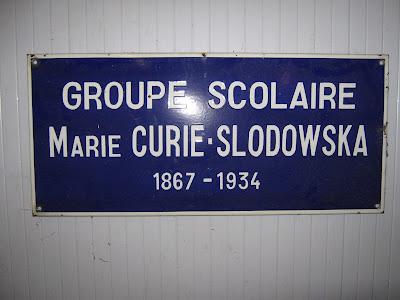 Ancienne plaque de l'école de filles des Gautherets, le nom de Marie Curie, Née Maria Sklodowska à Varsovie y est mal orthographié (collection privée).