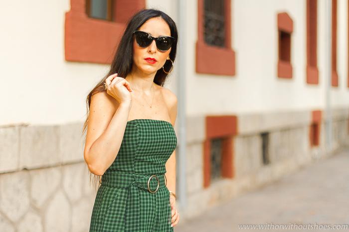 Blogger influencer valenciana con ideas de looks con estilo chic urbano con mono palabra de honor y maquillaje labios rojos y coleta