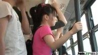 เห็นแล้วอึ้ง!! ผู้หญิงลวนลามผู้ชายบนรถเมล์ แอบเอาก้นถูควยเนียนๆ