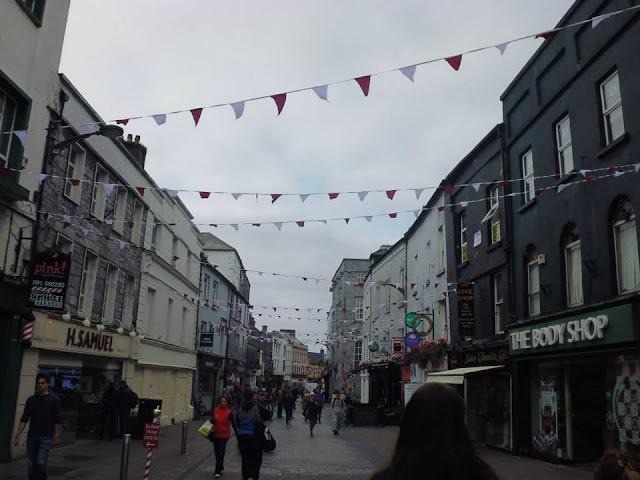Shop Street, la calle principal de Galway (Irlanda) (@mibaulviajero)