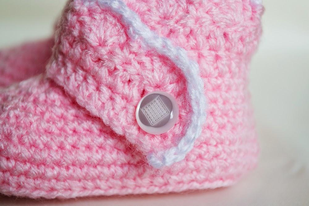 Botitas cerradas con botón para bebé de ganchillo