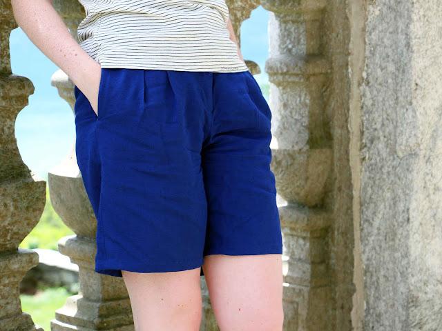 Short cousu main bleu roi en lin avec poches et plis