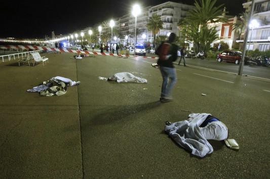 Τρόμος και πάλι στην Γαλλία - φορτηγό έπεσε επάνω στο πλήθος, 77 μέχρι στιγμής οι νεκροί.... (Ζωντανή εικόνα)