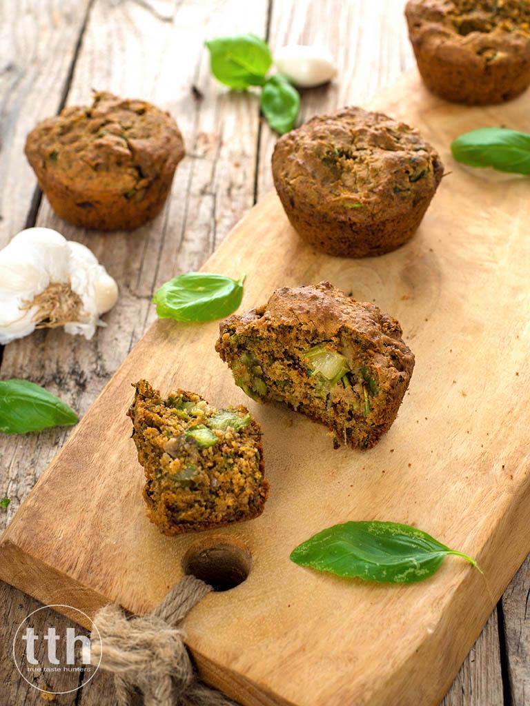 Wytrawne babeczki z zielonymi szparagami i suszonymi pomidorami - przepis weganski, bezglutenowy, bez cukru