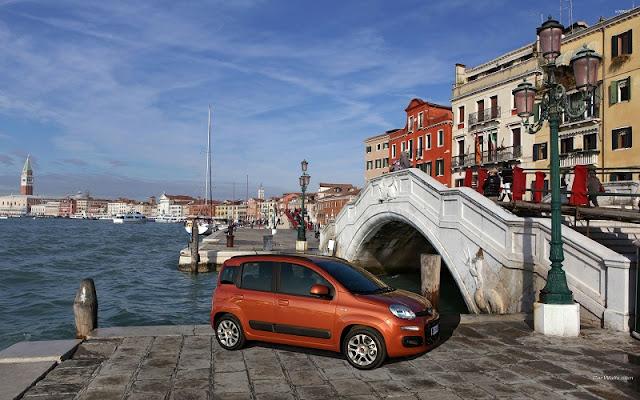 Carro parado próximo de canal em Veneza