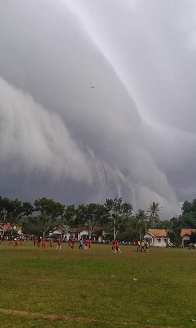 Foto Awan Ombak di Lampung Timur