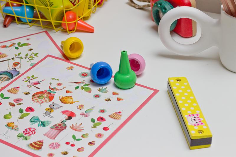 kolorowe naklejki djeco, kredki, w co bawić się z dzieckiem, stolik dla przedszkolaka,