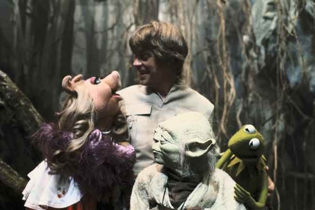 60 Iconic Behind-The-Scenes Pictures Of Actors That Underline The Difference Between Movies And Reality - Kermit and Miss Piggy are huge fans of Star Wars.