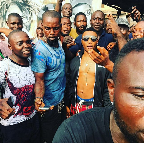 Wizkid-visits-Ojuelegba-where-he-grew-up