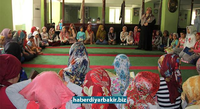 DİYARBAKIR-2016-2017 eğitim ve öğretim yılının sona ermesinin ardından başlayan yaz Kur'an kurslarına Diyarbakır'da da yoğun katılım oldu. 9 hafta sürecek kurs sürecinde Kur'an-ı Kerim dersinin yanı sıra İslami ilimler dersi de veriliyor.