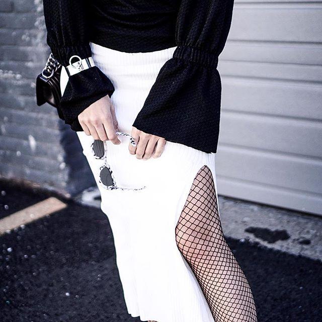 eadac20acce91 Kabaretki dodadzą seksapilu stylizacjom z elementami garderoby o  oversize'owym kroju, np. luźnymi i długimi płaszczami. Gdy decydujemy się  na znaczne ...