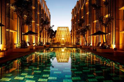 tampak hotel Ananta Legian Bali dari kolam renang