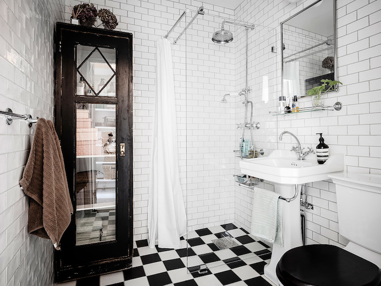Vitrina antigua en un baño moderno