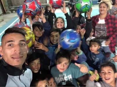 El crack de Racing, Ricardo Centurión, pasó la tarde en un club de su barrio con chicos necesitados