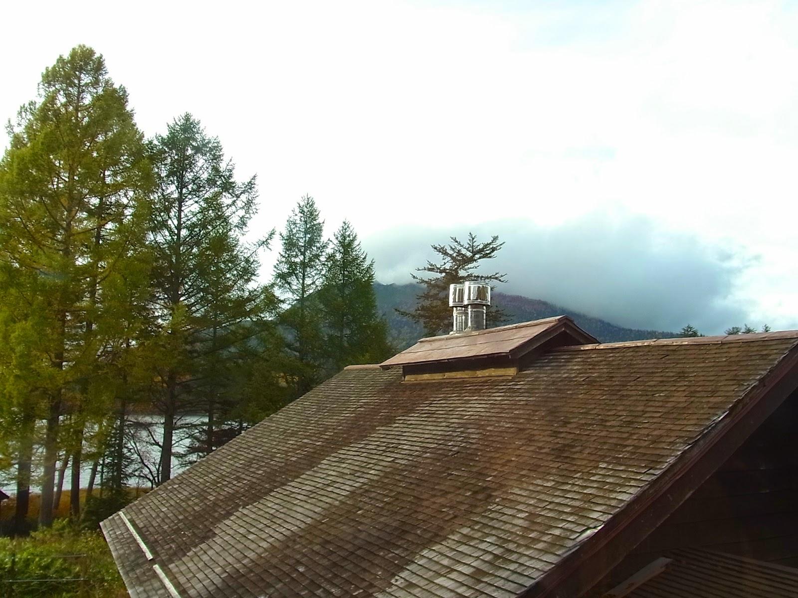 小屋の窓から見える燧ヶ岳