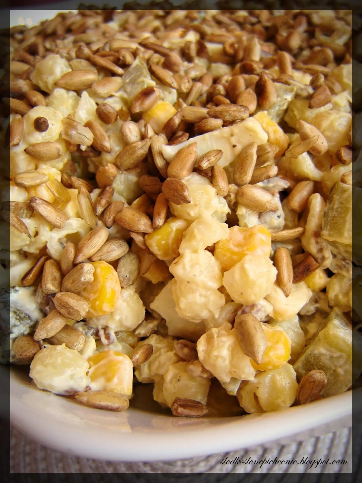 Sałatka makaronowa z jajkami i prażonym słonecznikiem