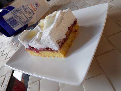 Kruche ciasto z pyszną bezą i rabarbarem