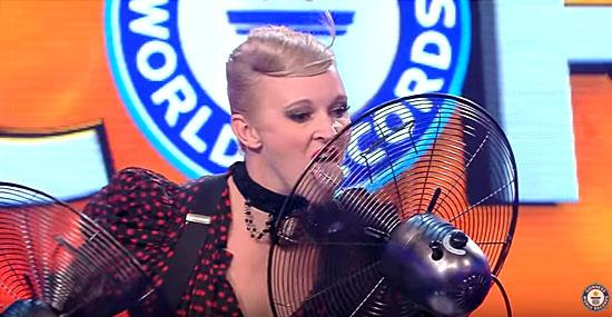 Mulher bate bizarro recorde parando ventiladores com a língua - Capa