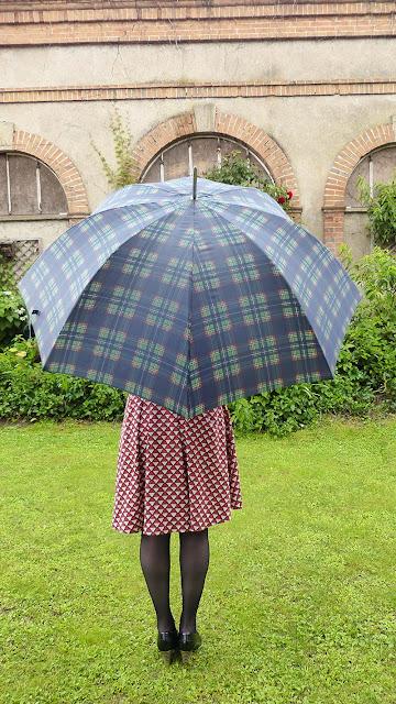 look avec un parapluie vintage