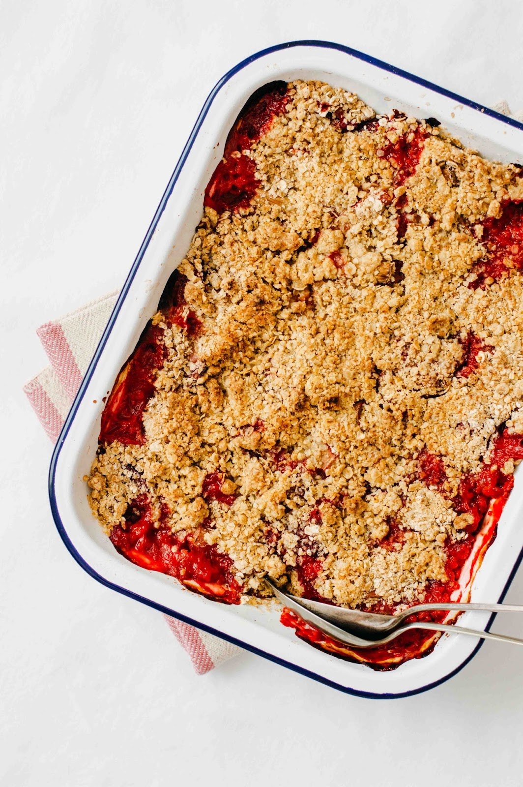 Rhubarb, Strawberry & Rose Petals Crumble | https://oandrajos.blogspot.com