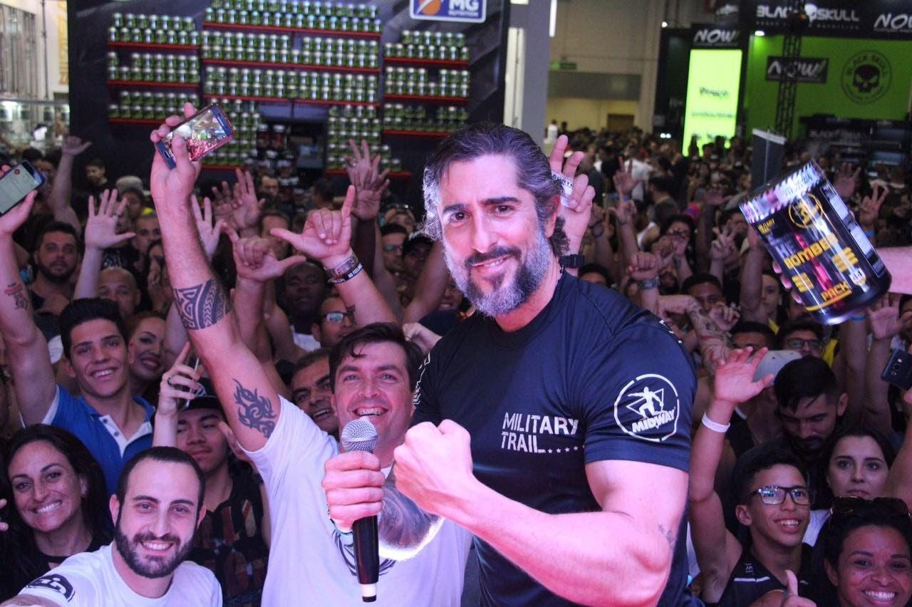 Marcos Mion e os fãs - Foto: Rodrigo Dod/Savaget